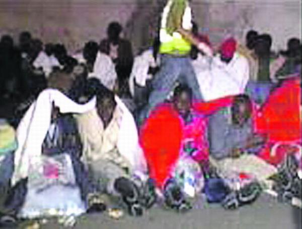 Die afrikanischen Einwanderer bei ihrer Ankunft im Hafen von Tazacorte auf La Palma