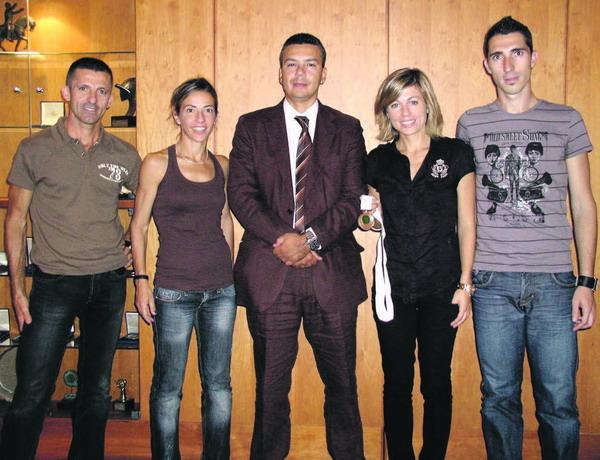 Die katalanische Athletin María Vasco (zweite von rechts) wurde vom Insel-Sportrat (Mitte) im Cabildo empfangen