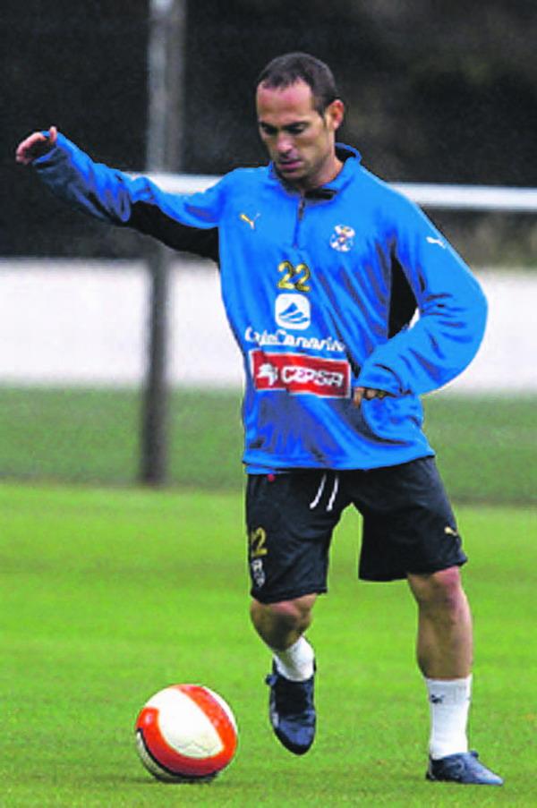 Durch Nino ging der CD Tenerife bereits in der siebten Minute gegen den UD Las Palmas in Führung