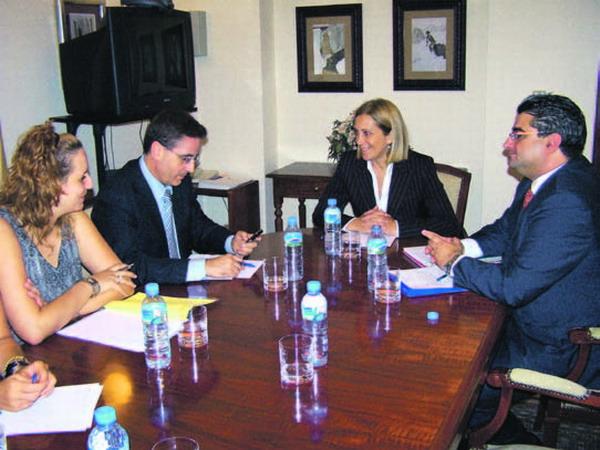 Gesundheitsministerin Mercedes Roldós (Vorsitz) versprach eine Million Euro für den Bau des neuen Gesundheitszentrums