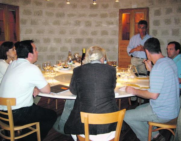 """Die Weinkenner bei der Weinprobe in der Bodega """"Frontos"""" in Granadilla de Abona"""