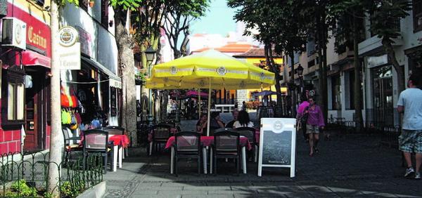 Wer den kanarischen Sonnenschein genießen möchte, kann sich im Freien niederlassen und das geschäftige Treiben Puertos an sich vorüber ziehen lassen.