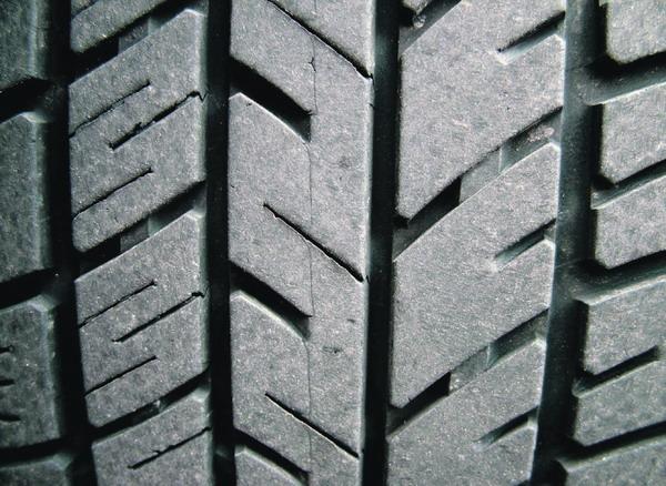 Wer mit etwas überhöhtem Reifendruck fährt, kann dadurch Sprit sparen