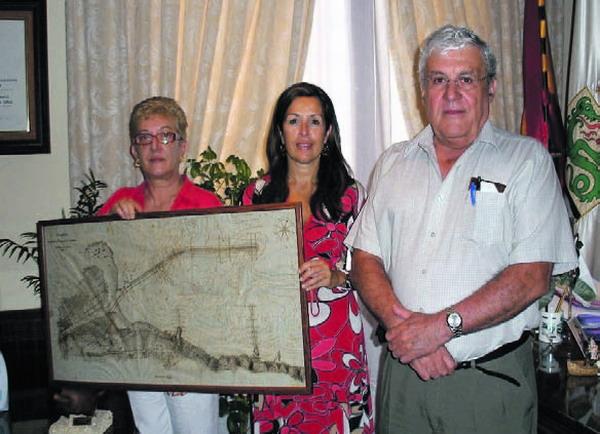 Die Bürgermeisterin von Puerto de la Cruz, Lola Padrón, nahm das Geschenk an die Gemeinde persönlich entgegen