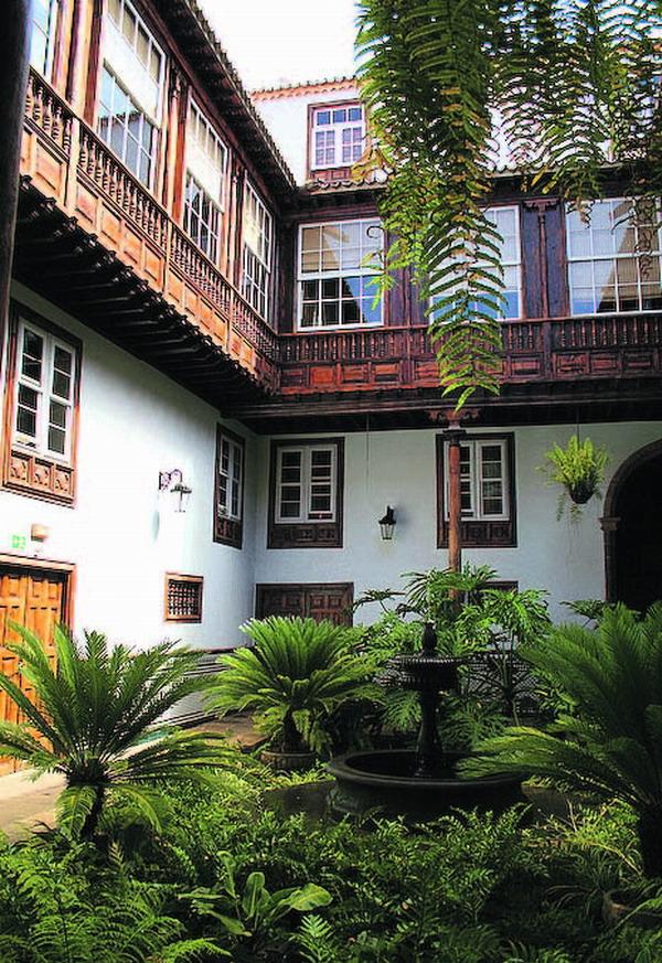 Dieses Haus ist ein beeindruckendes und repräsentatives Beispiel der bürgerlichen Architektur im 18. Jahrhundert