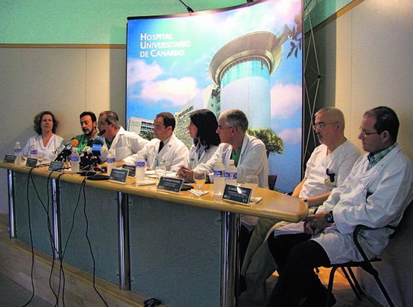 Das Ärzteteam des kanarischen Universitäts-Krankenhauses auf einer Pressekonferenz nach der ersten Transplantation einer Niere von einem Lebendspender