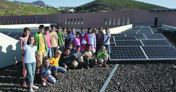 Schüler der Deutschen Schule Santa Cruz lernen die Vorteile alternativer Engergiegewinnung auf dem Dach ihrer Schule hautnah kennen