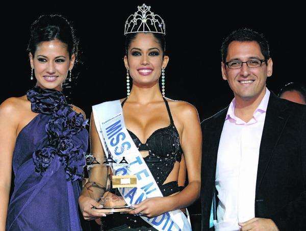 Von links nach rechts: Miss Teneriffa 2006, Adriana Reverón, Miss Teneriffa 2007, Patricia Yurena Rodríguez und Vize-Bürgermeister Ángel Llanos