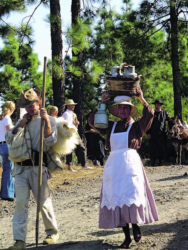 Die Wanderer gedenken auf dem Insel-Lebenspfad ihren Vorfahren
