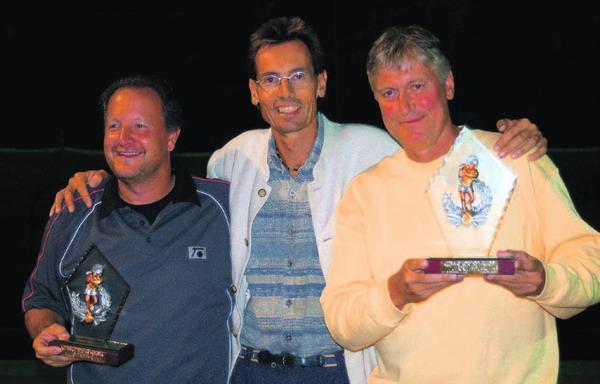 Der Clubchef Henning Neuendorff (Mitte) mit den Finalisten Thomas Emmrich (links) und Thies Röpcke (rechts)