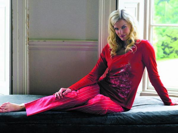 Zwei Trends, ein Anzug: Die Farbe Rot ist bei Homewear jetzt ebenso angesagt wie blumige Muster
