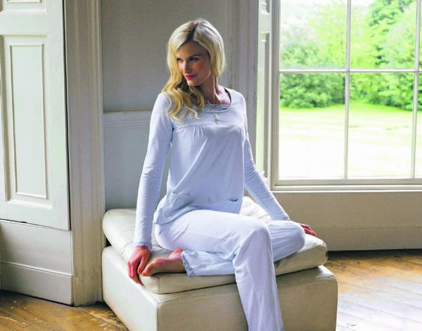 Topaktuell: ganz unschuldig in weiß, elegant in der fließenden Silhouette