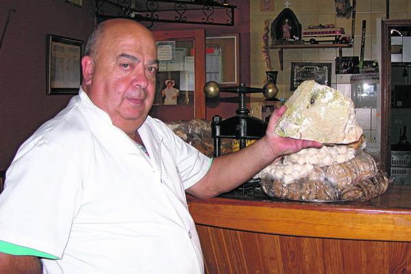 Chicho zeigt stolz seinen im Teidegebiet gefundenen Schwefelsteinn