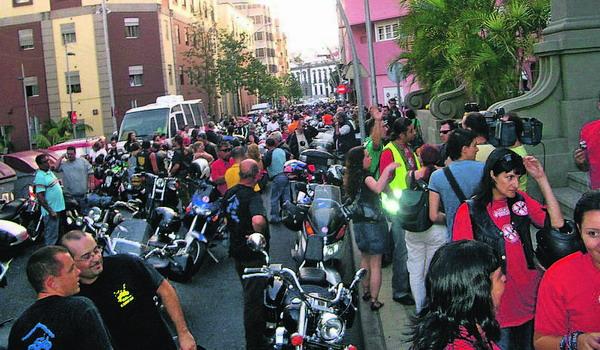 Viele Motorradfahrer trugen rote T-Shirts, als Symbol für das Blut, das auf heimischen Straßen vergossen wird.