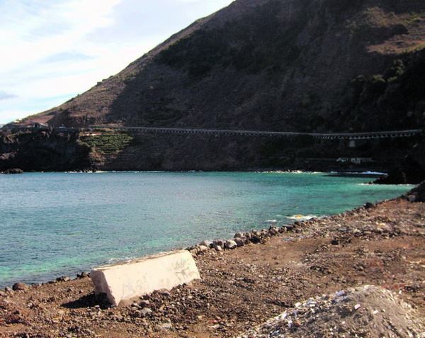 Die halbrunde Bucht, unterhalb des Tunnels, ist der optimale Platz für den künftigen Hafen.