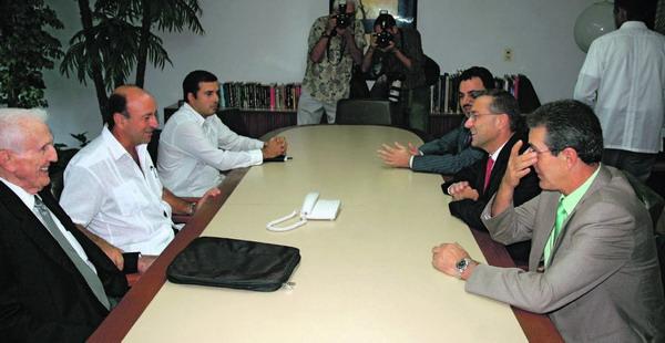 Der kanarische Präsident Paulino Rivero während seines Kuba-Besuchs mit Außenminister Felipe Pérez Roque