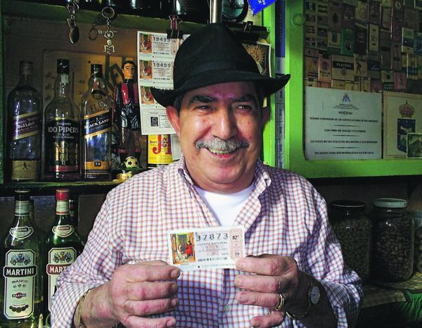 Auch Toño aus der Traditions-Bar Deportes in Guía de Isora bietet Weihnachtslotterie-Lose an und wünscht den Loskäufern viel Glück
