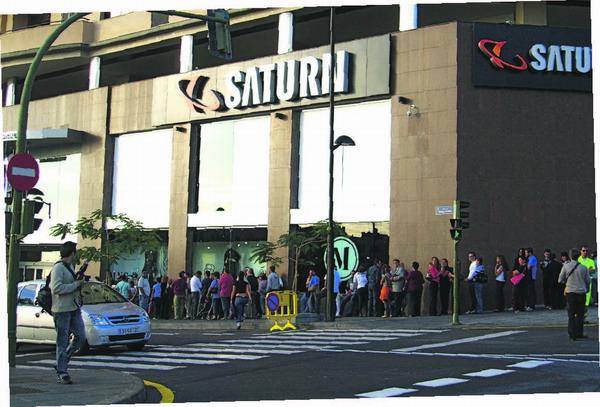 Bereits vor der Eröffnung warteten die Menschen in Schlangen vor dem Eingang