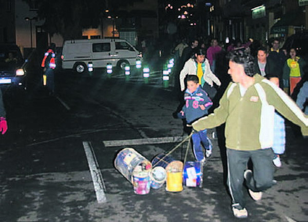 Die Einwohner von Granadilla feiern immer am Vorabend von San Andrés die Noche Cacharros