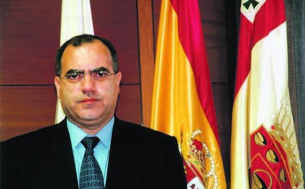 Inselpräsident Casimiro Curbelo empfiehlt den neuen Reiseführer für La Gomera