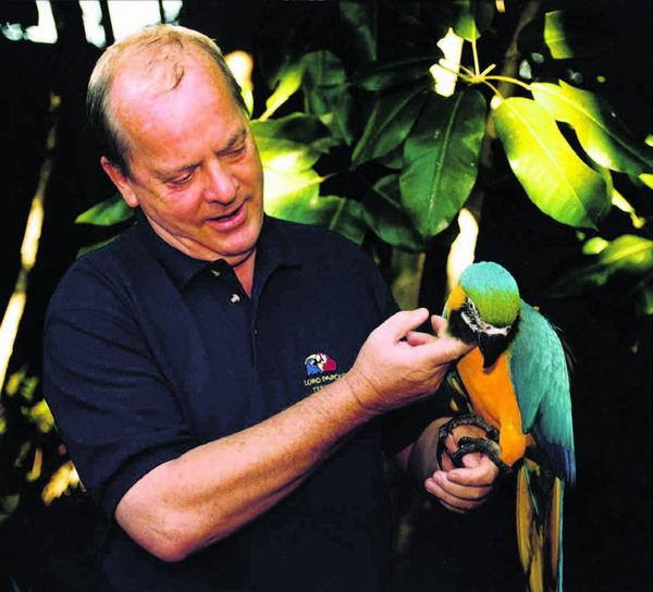 Wolfgang Kiessling mit einem Papageien aus der Loro Parque Stiftung