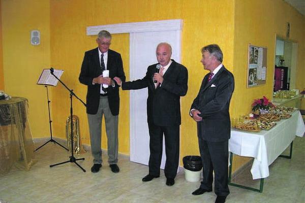 V.l.: Vorsitzender des Kirchenvorstandes Dieter Ahlers, Inselpräsident Ricardo Melchior und Honorarkonsul Ingo Pangels