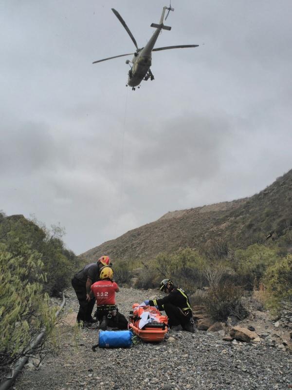 Die verunglückte Frau musste zu Fuß zum Hubschrauber gebracht werden.