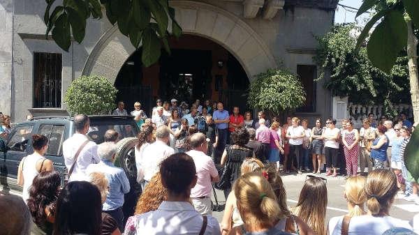 Gemeinsam trauerten die Menschen um eine geschätzte Mitbürgerin und drückten den Kindern ihre Solidarität aus.