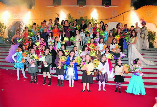 Bürgermeister Miguel Zerolo mit den Kandidatinnen für die Wettbewerbe der Kinder-, Erwachsenen- und Senioren-Karnevalskönigin 2008 in Santa Cruz