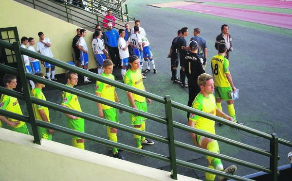 Die Mannschaften des CD Tenerife (in weiß-blau) und des TSV 1860 München (in gelb-grün) kurz vor Spielbeginn