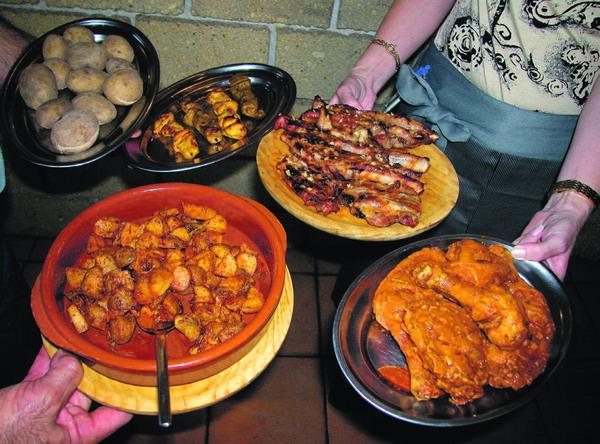 Typisch kanarisch: Hühnchen in Mojo, Rippchen, Fleischspießchen und dazu Kartoffeln in verschiedenen Zubereitungsvarianten
