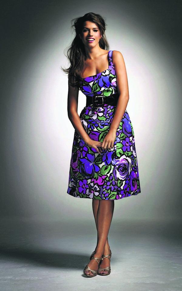 Im beschwingten Stil der 50er Jahre präsentiert sich dieses Sommerkleid mit plakativem Muster und modischem Gürtel