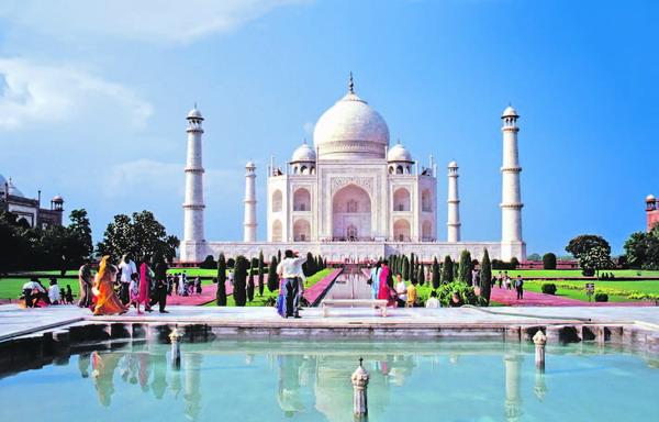 Das prunkvolle Taj Mahal in Indien fasziniert durch seine außergewöhnliche Architektur ebenso wie durch seine Größe