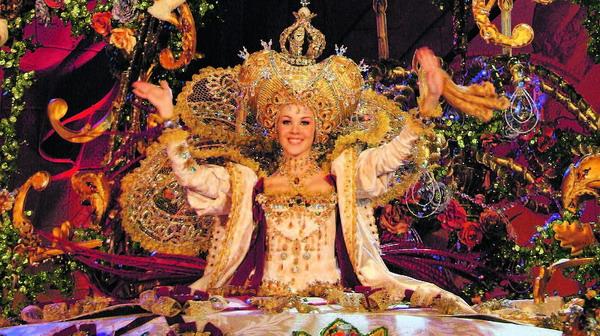 """Die Karnevalskönigin 2008, mit ihrem Phantasiekleid """"Goldenes Zeitalter"""", das von Designer Santi Castro kreiert wurde und für das Centro Comercial Carrefour in Santa Cruz an den Start ging"""