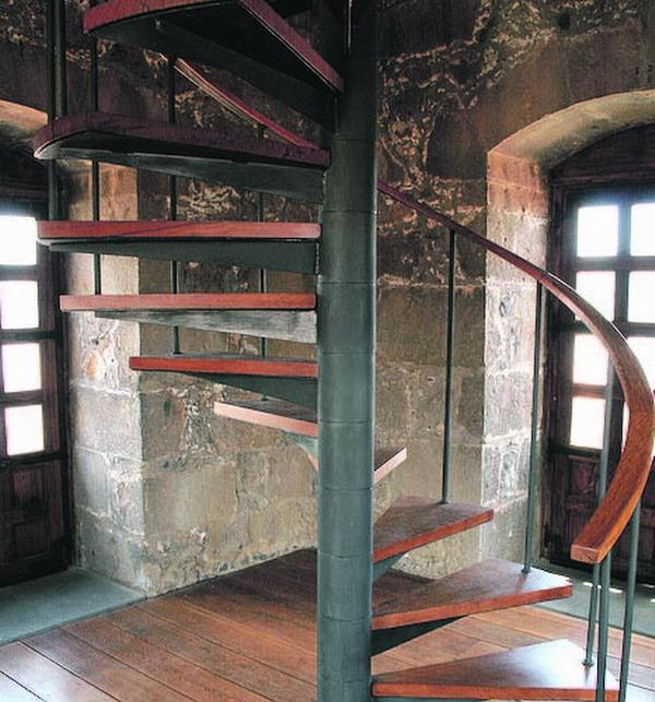 Mal alt und mal ganz neu, winden sich die verschiedenen Treppenabschnitte in die Höhe.