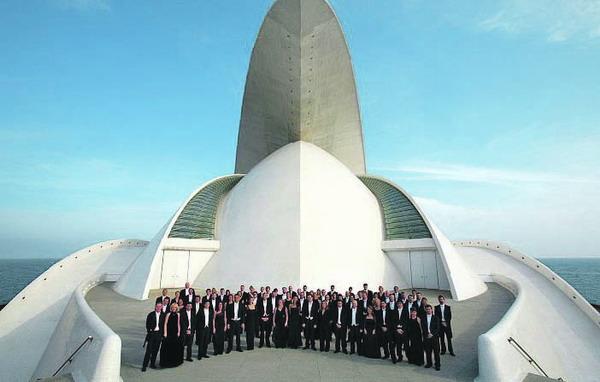 Das Sinfonie Orchester von Teneriffa vor dem Auditorium in Santa Cruz