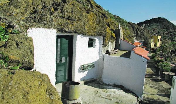 Das ist tatsächlich ein Haus, eingekuschelt in den Berg.