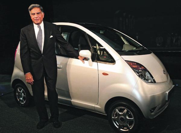 Voll Stolz präsentiert Konzern-Chef Ratan Tata das billigste Auto der Welt.