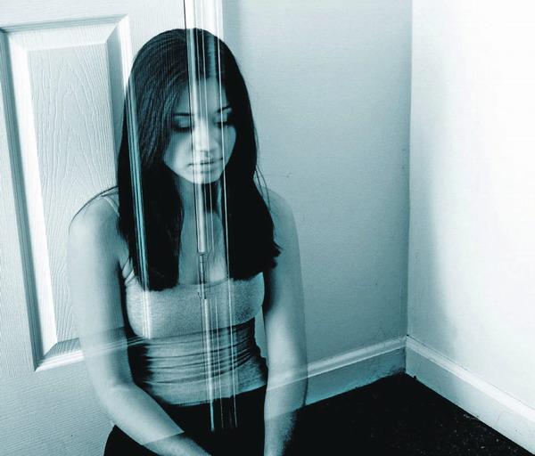 Einsamkeit führt in die Isolation: Die Betroffenen fühlen sich wie durch eine Glasscheibe von anderen Menschen getrennt