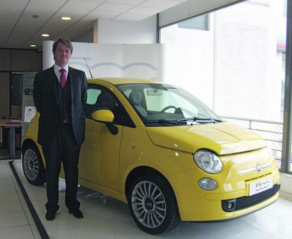 Boris Flick vor einem Fiat 500 – ein Modell, das derzeit sehr angesagt ist.