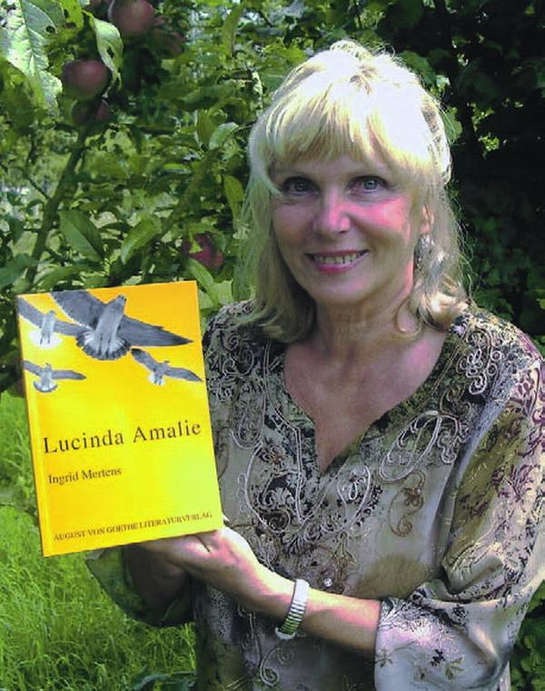 Ingrid Mertens mit ihrem neuen Buch Lucinda Amalie