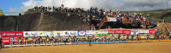 Die Motocross-Fahrer beim Start