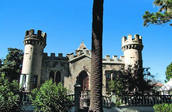 Mitten auf der Palmenallee fällt der Blick auf dieses romantische Schlösschen, in dem das C.I.T. Tourismusbüro untergebracht ist.