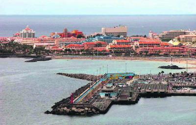 Im Hafen von Los Cristianos kommt neuerdings ein mobiler Scanner zur Gepäckkontrolle zum Einsatz