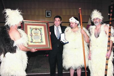 Repräsentanten des Guanchenkollektivs nehmen die Goldmedaille der Stadt Candelaria entgegen.