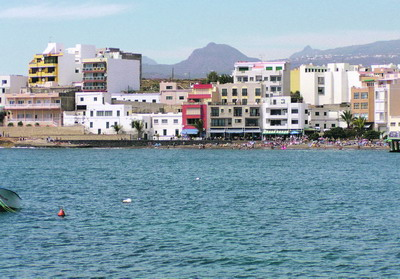 Das Umweltministerium will die Badebucht in El Médano neu gestalten, dazu soll das Hotel Médano abgerissen und eine neue Strandpromenade realisiert werden.