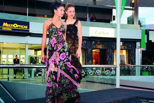 In der Mango Frühlingskollektion ist etwas für jede Gelegenheit. Diese schöne Mode wurde während einer Modenschau im Plaza del Duque, Costa Adeje gezeigt.