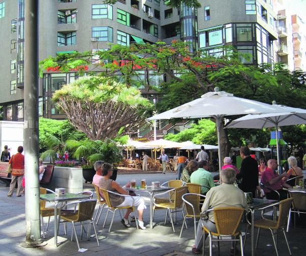 Gemütliche Straßencafés laden zum Verweilen in der Inselhauptstadt ein.