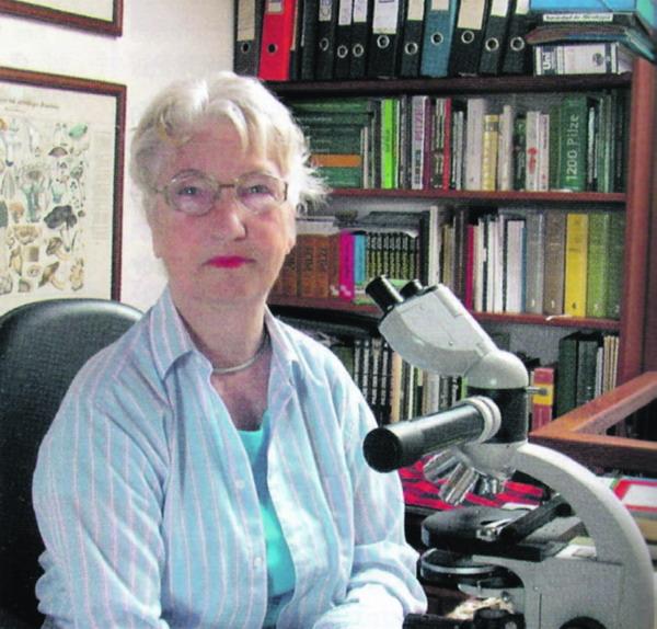 Die Pilzforscherin Rose Marie Dähncke bei ihren mikroskopischen Untersuchungen in ihrem Arbeitszimmer
