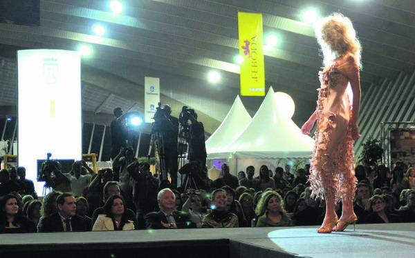 """Wer sagt, dass Brautkleider immer traditionell sein müssen - hier eine sommerliche Variante im Flamenco-Stil bei der Hochzeitsmodenmesse """"Feboda"""" in Santa Cruz"""